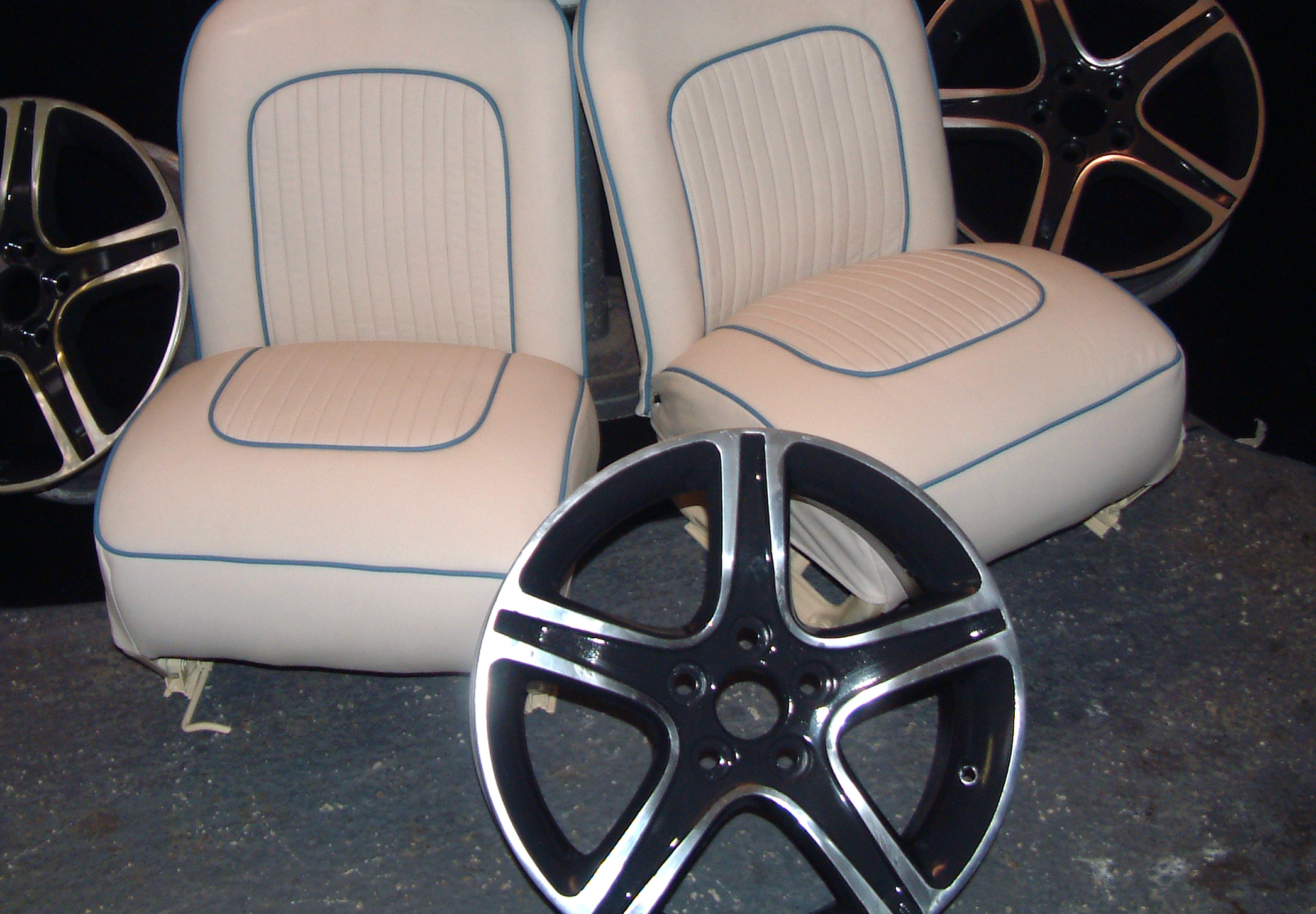 White+leather+seats+with+blue+piping